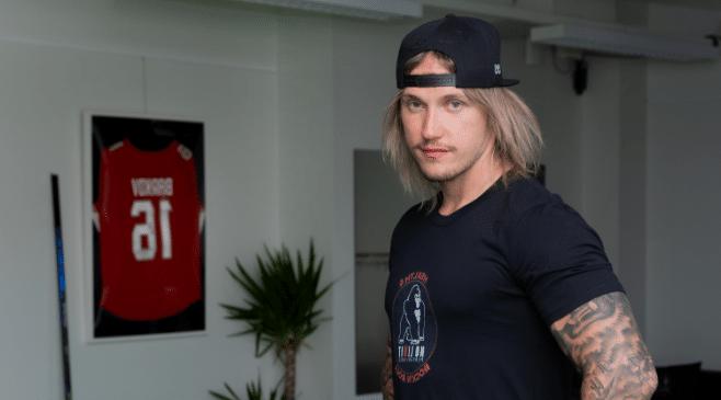 Mikko Mäkelä, No Limit Performancen perustaja, toimitiloissaan Tampereella